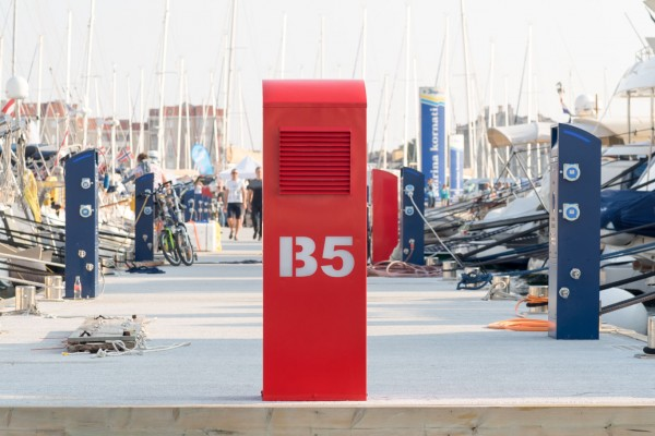 Fire extinguisher cabinet with quay signage